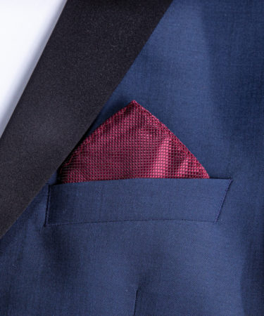 die Dreiecksfaltung im Jackett eingesteckt