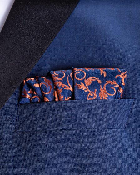 Die Deckenfaltung fertig gefaltet im blauen Sacko eingesteckt für den Blazer.
