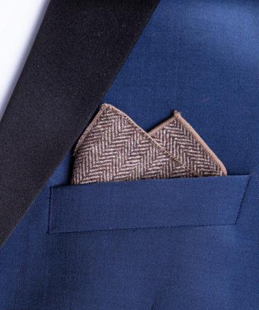 Gefaltetes Einstecktuch aus Baumwolle in blauem Jackett.
