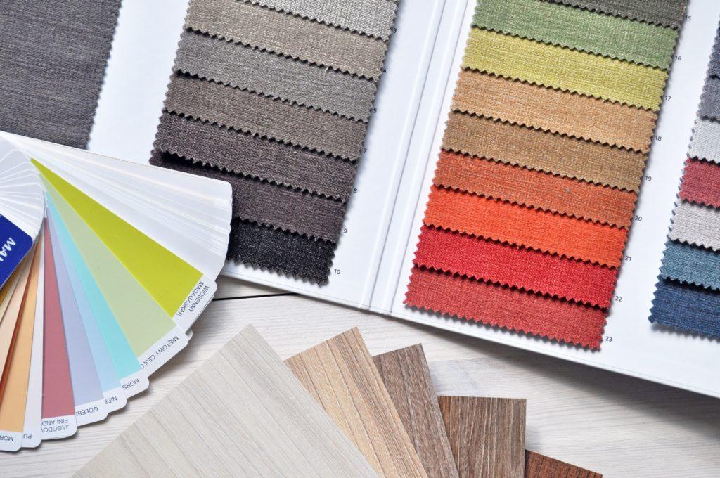 Verschiedene Stoffe für ein Einstecktuch in verschiedenen Farben.