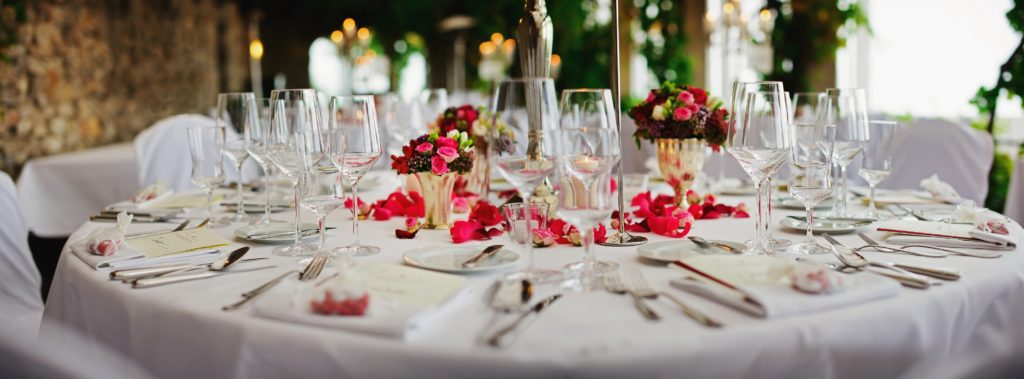 round table with glasses. Perfekt Inspiration for a wedding dinner