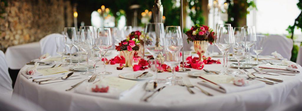 Gedeckter Tisch in einer Hochzeitslocation.